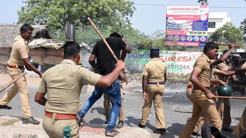 VIDEO: Policía india usa rifles de asalto para dispersar protestas que dejan ya más de diez muertos