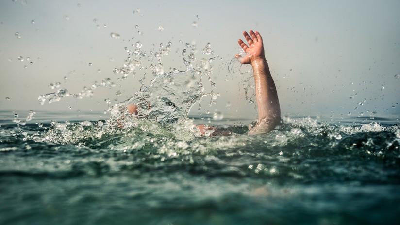FUERTES IMÁGENES: Tres jóvenes filman con su móvil cómo se ahogan en un estanque de India