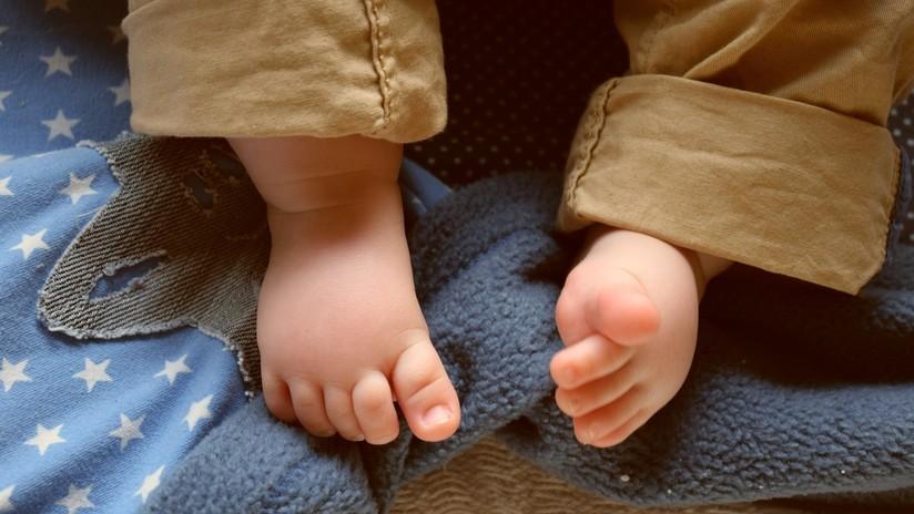 Empleados de una guardería hieren a una bebé al pegarle sus zapatos a los pies con cinta adhesiva