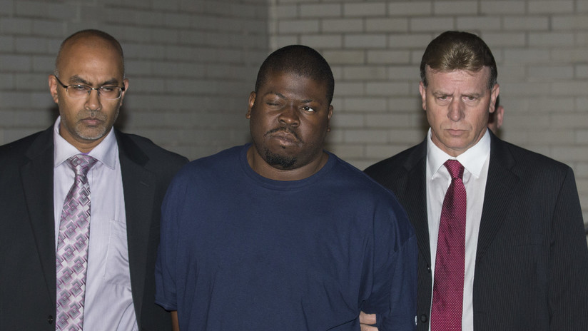 FOTO: Se duerme mientras lo condenan a 50 años de prisión por asesinar a un niño y atacar a otro