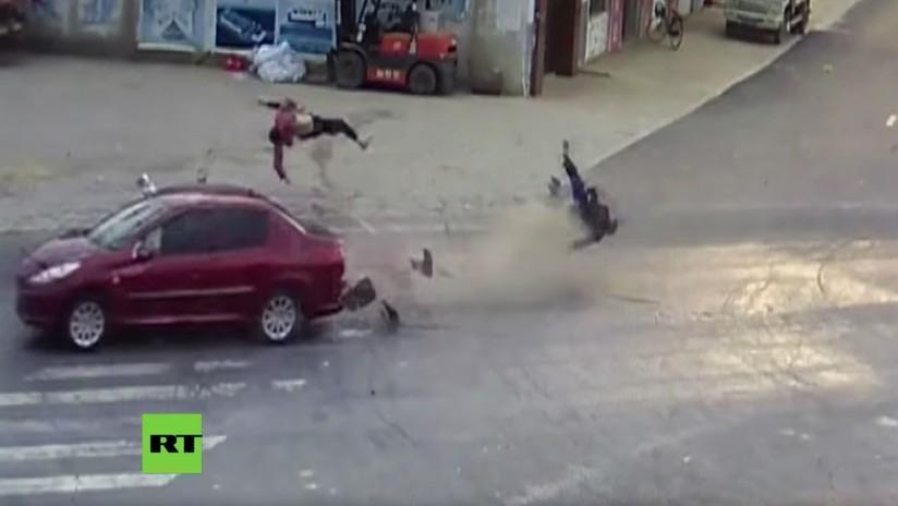 FUERTE VIDEO: Un coche embiste un ciclomotor y arroja a una mujer a 10 metros de distancia