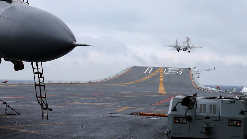 VIDEO: Aviones de combate realizan maniobras nocturnas desafiantes en un portaviones chino