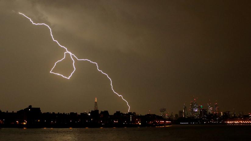 """IMÁGENES: La """"madre de todas las tormentas"""" deja en el Reino Unido hasta 20.000 rayos en una noche"""