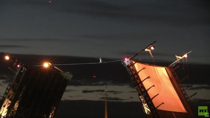VIDEO: Equilibrista ruso impresiona a la multitud al cruzar un río sobre un puente levadizo abierto