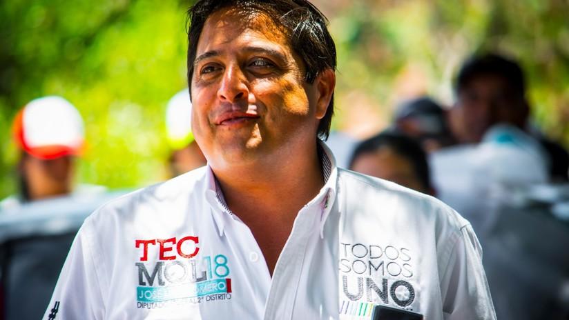 Calor de campaña: Candidato a diputado baila y besa a un burro en México en busca de votos (VIDEO)