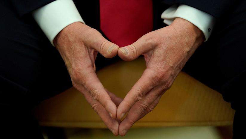 Las manos de Trump vuelven a ser noticia: el presidente saludó personalmente a más de mil graduados