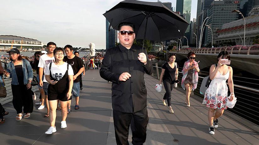 'Kim Jong-un' posa para selfis en Singapur a dos semanas de la cumbre con Trump
