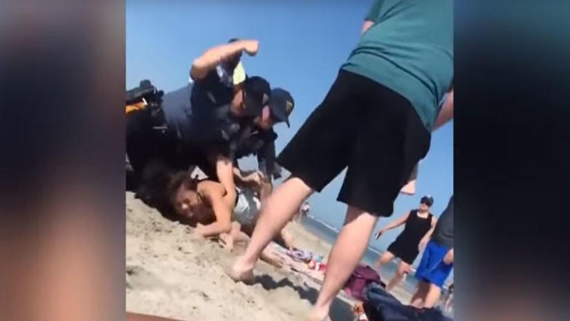 FUERTE VIDEO: Agente de Policía golpea en la cabeza a una joven durante un arresto en la playa