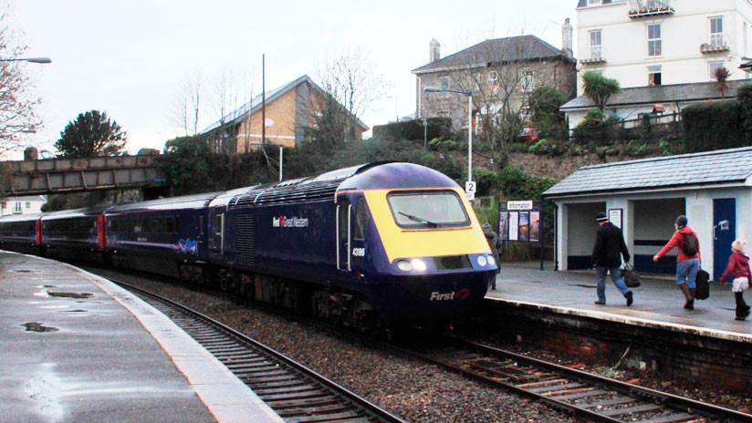Un tren con centenares de pasajeros se pierde en el Reino Unido