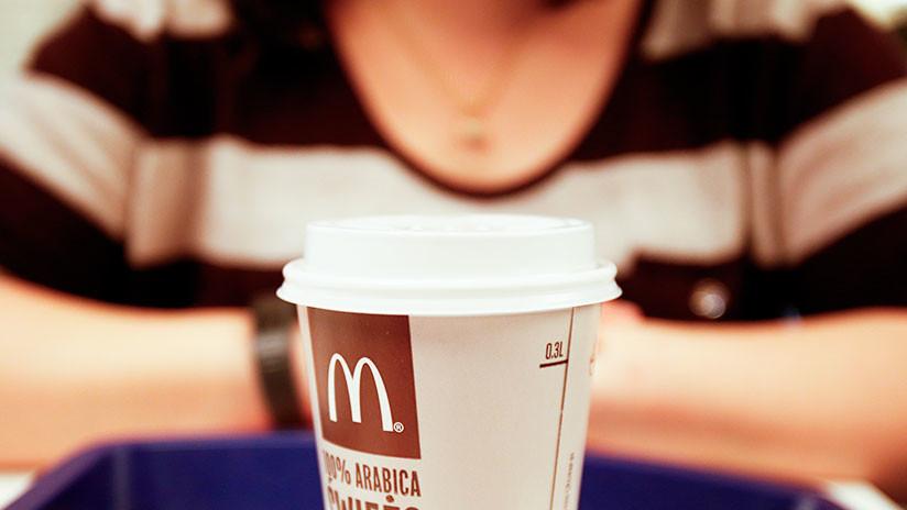 VIDEO: Le arroja café caliente en la cara a una empleada de McDonald's