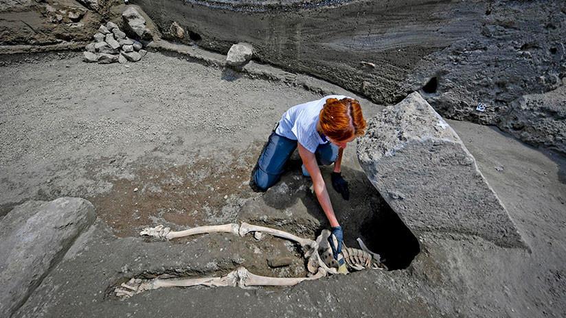 FOTOS: Descubren un esqueleto aplastado por una enorme roca lanzada por el Vesubio