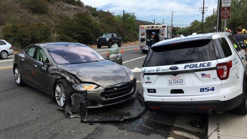 Un Tesla choca contra un patrullero y el conductor culpa al piloto automático