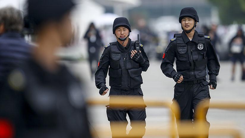 Video: Policías chinos revelan la mejor defensa contra un agresor con cuchillo (no es lo que espera)