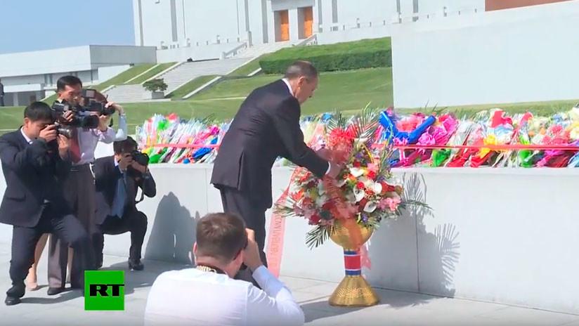 VIDEO: Lavrov deposita flores en monumentos de Corea del Norte