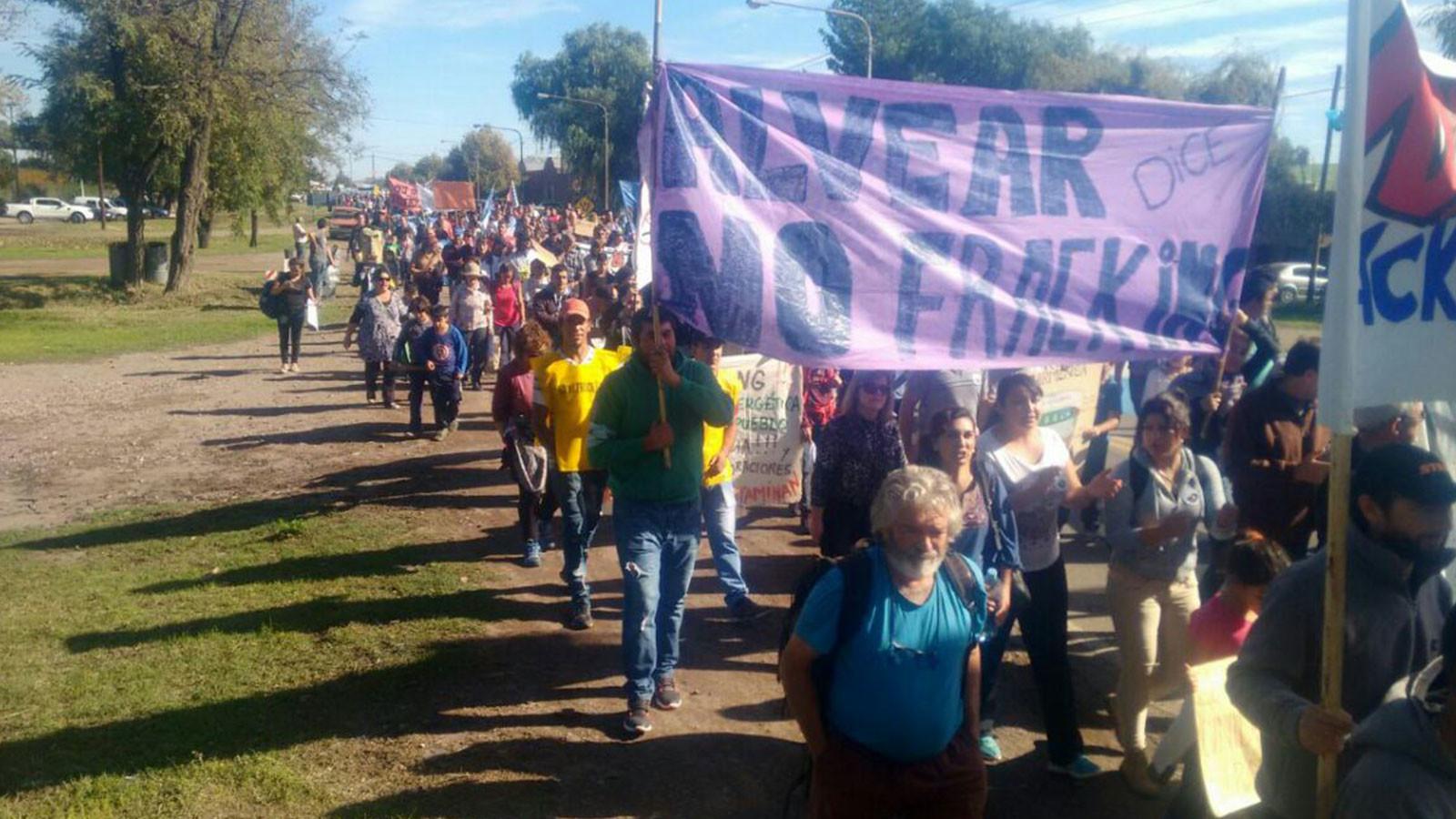 """""""El plan de lucha es en las calles"""": Masivo rechazo al 'fracking' en una provincia argentina"""