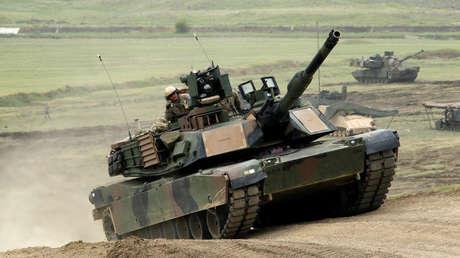 """Un tanque estadounidense """"Abrams"""" M1A2 durante un ejercicio militar liderado por los EE. UU. cerca de Vaziani, Georgia, el 18 de mayo de 2016."""