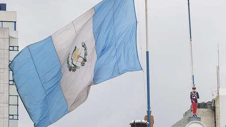 La bandera de Guatemala ondeando a media asta en el Ministerio de Defensa en Ciudad de Guatemala, el 20 de agosto de 2014.