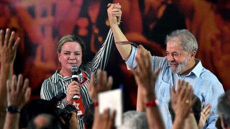 La senadora y presidenta del Partido de los Trabajadores de Brasil, Gleisi Hoffman, junto al expresidente Lula da Silva.