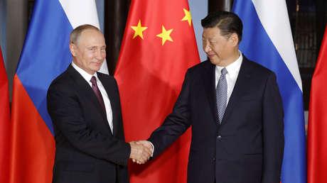 El presidente ruso, Vladimir Putin, y el presidente chino, Xi Jinping, se dan la mano durante una reunión en Xiamen, China, el 3 de septiembre de 2017.