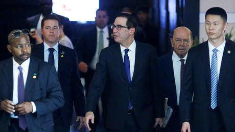 Delegación comercial de EE.UU., con el secretario del Tesoro, Steven Mnuchin, y el secretario de Comercio, Wilbur Ross, en Pekín, China, el 4 de mayo de 2018.