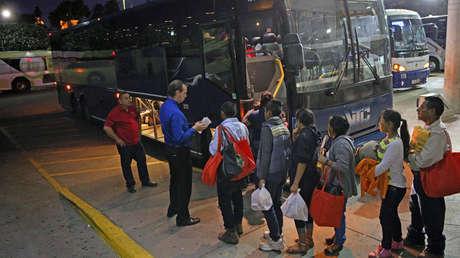 """Inmigrantes indocumentados puestos en libertad bajo el programa """"atrapar y liberar"""" en McAllen, Texas, el 6 de abril de 2018."""