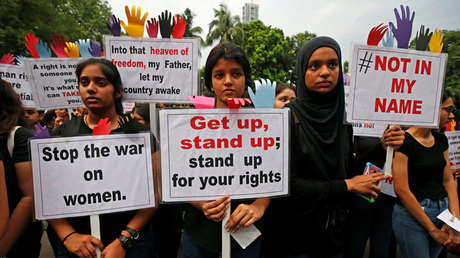 La gente participa en una protesta contra la violencia en Calcula, India, el 17 de abril de 2018.