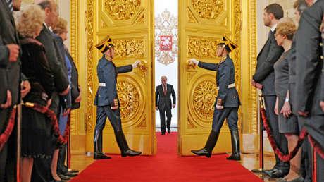 El presidente electo Vladímir Putin ingresa en el Gran Palacio del Kremlin durante la ceremonia de asunción, 7 de mayo de 2012.