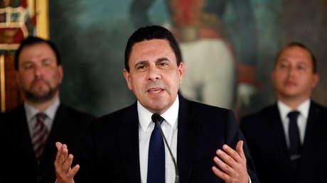 Samuel Moncada, viceministro venezolano, habla con los medios durante una conferencia de prensa en Caracas, el 18 de julio de 2017.