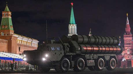 Sistema antiaéreo ruso S-400 Triumf en la Plaza Roja en Moscú, Rusia, 26 de abril de 2018.