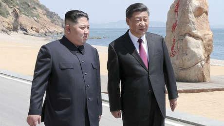 El presidente chino, Xi Jinping, y el líder norcoreano, Kim Jong-un, se reúnen en Dalian, 8 de mayo de 2018
