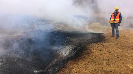 Un geólogo examina una parte de la fisura inactiva en Leilani Estates en Hawái, 8 de mayo de 2018.