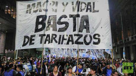 La agrupación kirchnerista 'La Cámpora' protesta en las inmediaciones del Congreso el 9 de mayo.