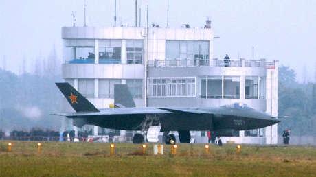La primera foto del caza furtivo chino J-20 sacada en 2011 en la base aérea de Chengdu.