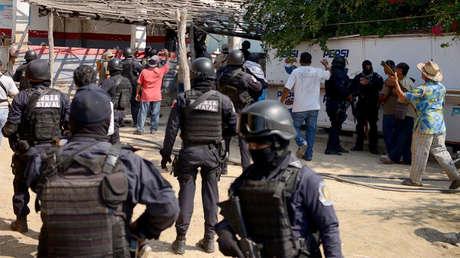 Policías vigilan tras un tiroteo que dejó 11 muertos en La Concepcion, Guerrero. 7 de enero de 2018.