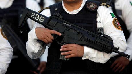 Un efectivo policial armado en México.