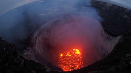 Vista de un lago de lava desde la cumbre del volcán Kilauea en Hawái, 6 de mayo de 2018.