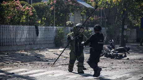 Agentes de los servicios especiales de Indonesia en el lugar de un atentado suicida en Surabaya, el 13 de mayo de 2018