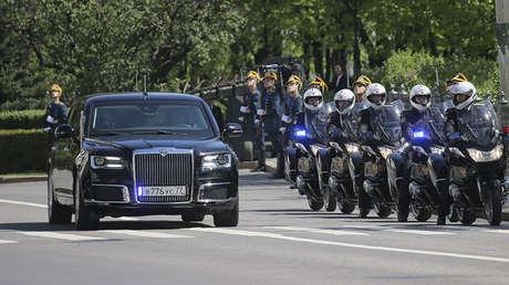 Motociclistas escoltan la limusina del presidente ruso, Vladímir Putin, durante la ceremonia de investidura en el Kremlin, Moscú, Rusia, el 7 de mayo de 2018.