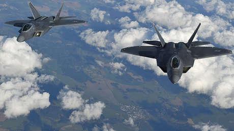 Dos cazas F-22 Raptor sobrevuelan el espacio aéreo europeo durante un vuelo al Reino Unido desde una base en Rumania, el 25 de abril de 2016.
