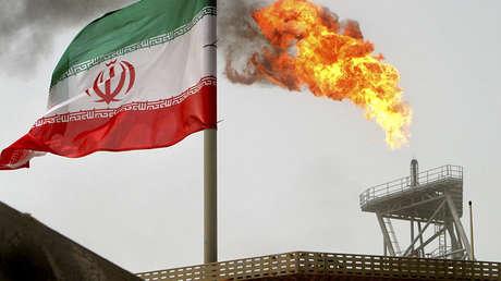 Una plataforma de producción de petróleo en aguas iraníes del golfo Pérsico, el 25 de julio de 2005.