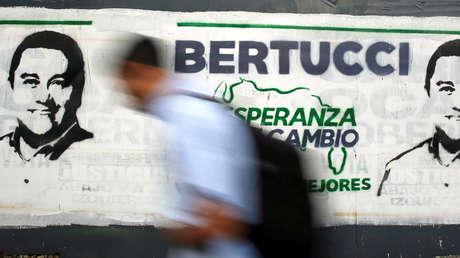 Una persona camina cerca de un mural con propaganda del candidato presidencial Javier Bertucci, el 11 de mayo de 2018.