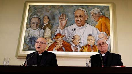 Obispos chilenos brindan una conferencia de prensa en el Vaticano, el 14 de mayo del 2018.