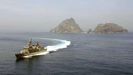 Un navío de la Armada surcoreana participa en ejercicios de defensa junto a la Fuerza Aérea del país cerca de las islas Dokdo, el 30 de julio de 2008.