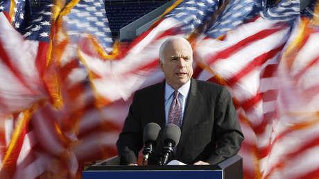 El candidato presidencial John McCain pronuncia un discurso en la Academia Naval de EE.UU. en Annapolis, Maryland, el 2 de abril de 2008.