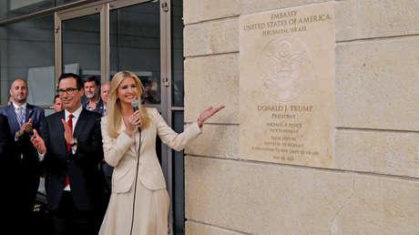 Ivanka Trump junto a la placa de la embajada de Estados Unidos en Jerusalén, en Jerusalén el 14 de mayo de 2018.
