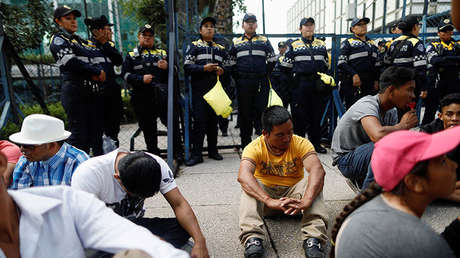 Inmigrantes de América Central rodeados por la Policía durante una manifestación cerca de la embajada de EE.UU. en México, el 12 de abril de 2018.