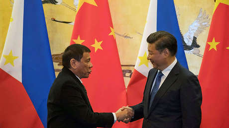 Los presidentes Rodrigo Durterte de Filipinas y Xi Jinping de China, se dan la mano tras una ceremonia en Pekín, el 20 de octubre de 2016.