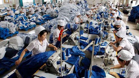 Trabajadores en una fábrica de Huawei en la provincia de Anhui, China, el 8 de julio de 2010.