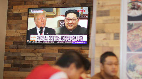 Pantalla de televisión con la imagen de Donald trump y Kim Jong-un, en California, el 27 de abril de 2018.