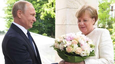 Vladímir Putin a Angela Merkel durante la reunión en Sochi, el 18 de mayo de 2018.